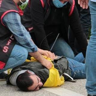 لقطة تشعل زوبعة في تركيا.. شرطي يضغط على رقبة متظاهر