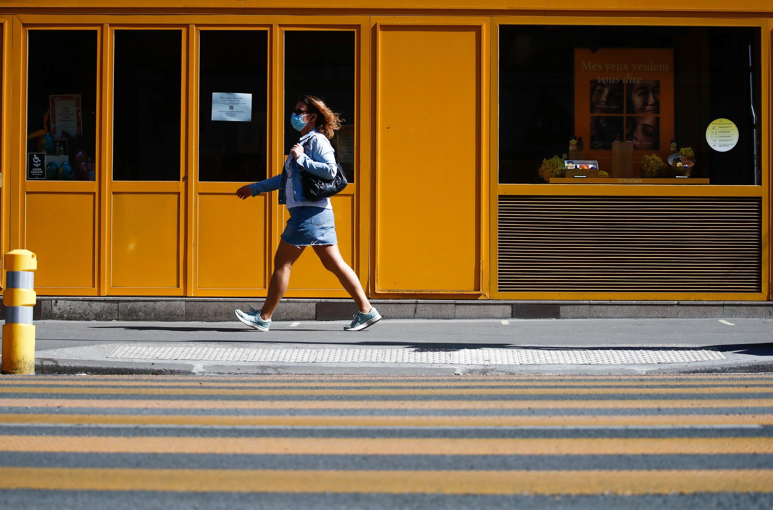 امرأة تضع كمامة للوقاية من كورونا في باريس يوم 22 أبريل