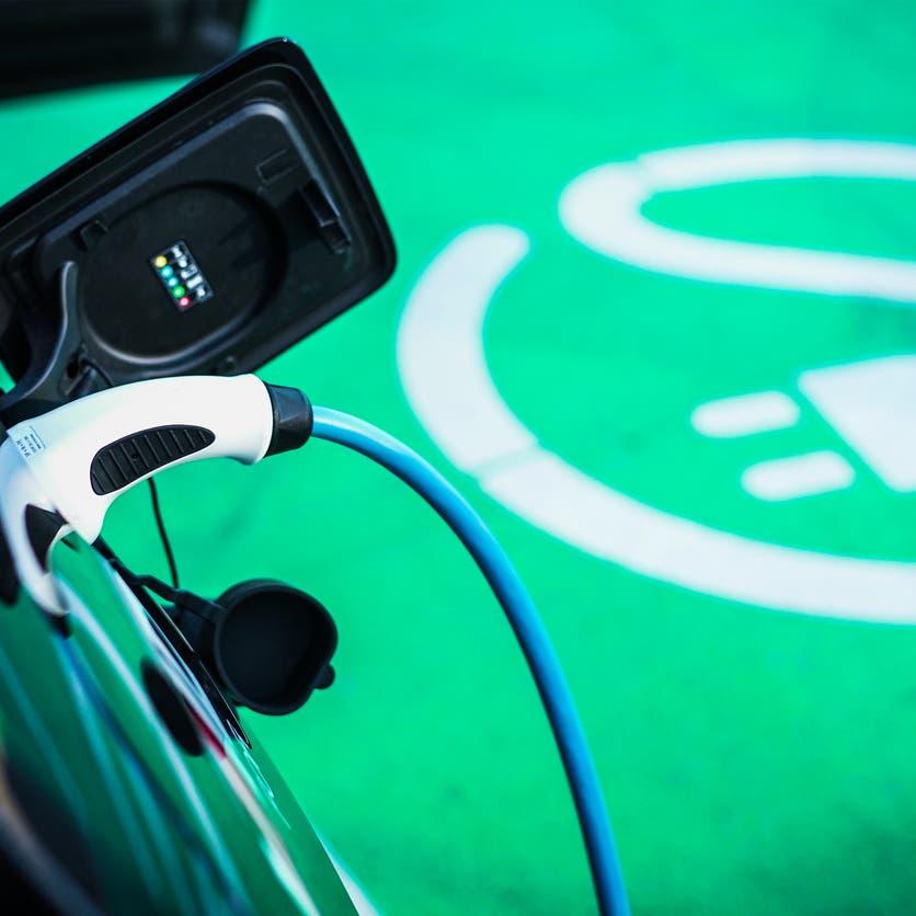 السعودية تخطط لدخول عالم السيارات الكهربائية بشركة محلية