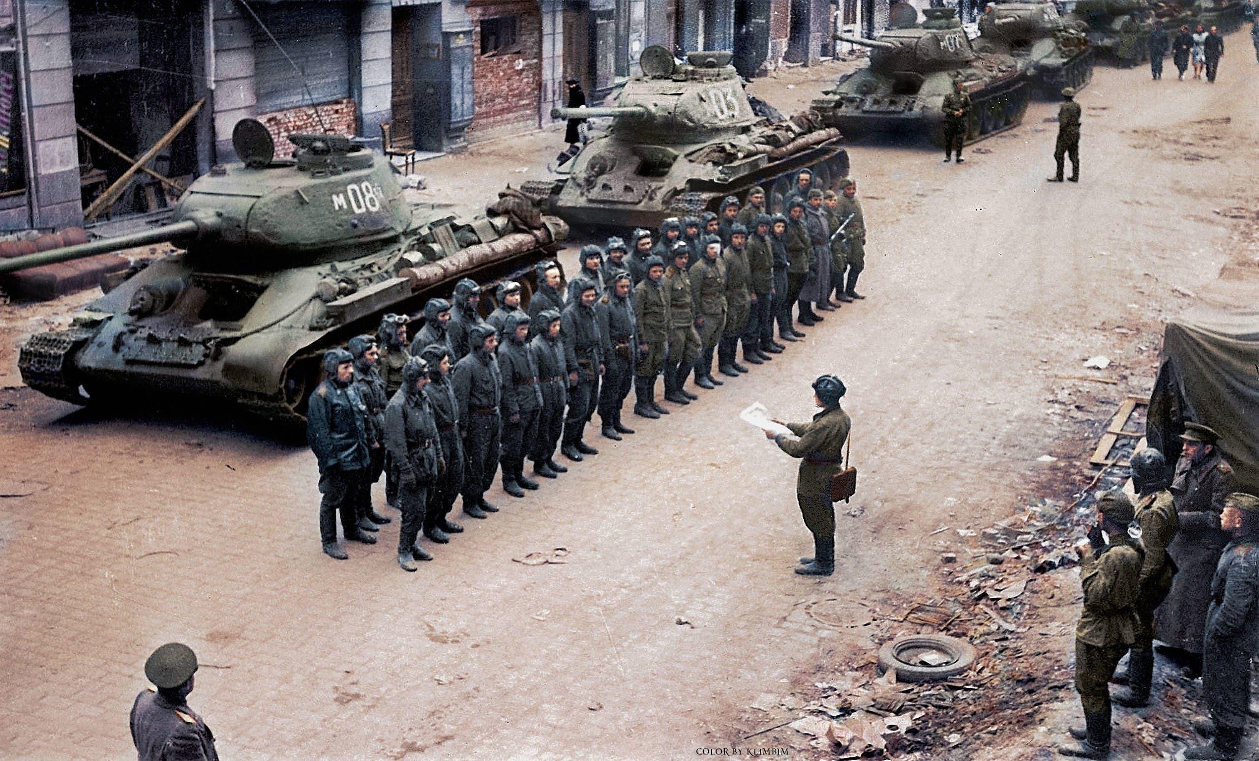 صورة ملونة اعتمادا على التقنيات الحديثة لفرقة مدرعة سوفيتية داخل برلين عام 1945
