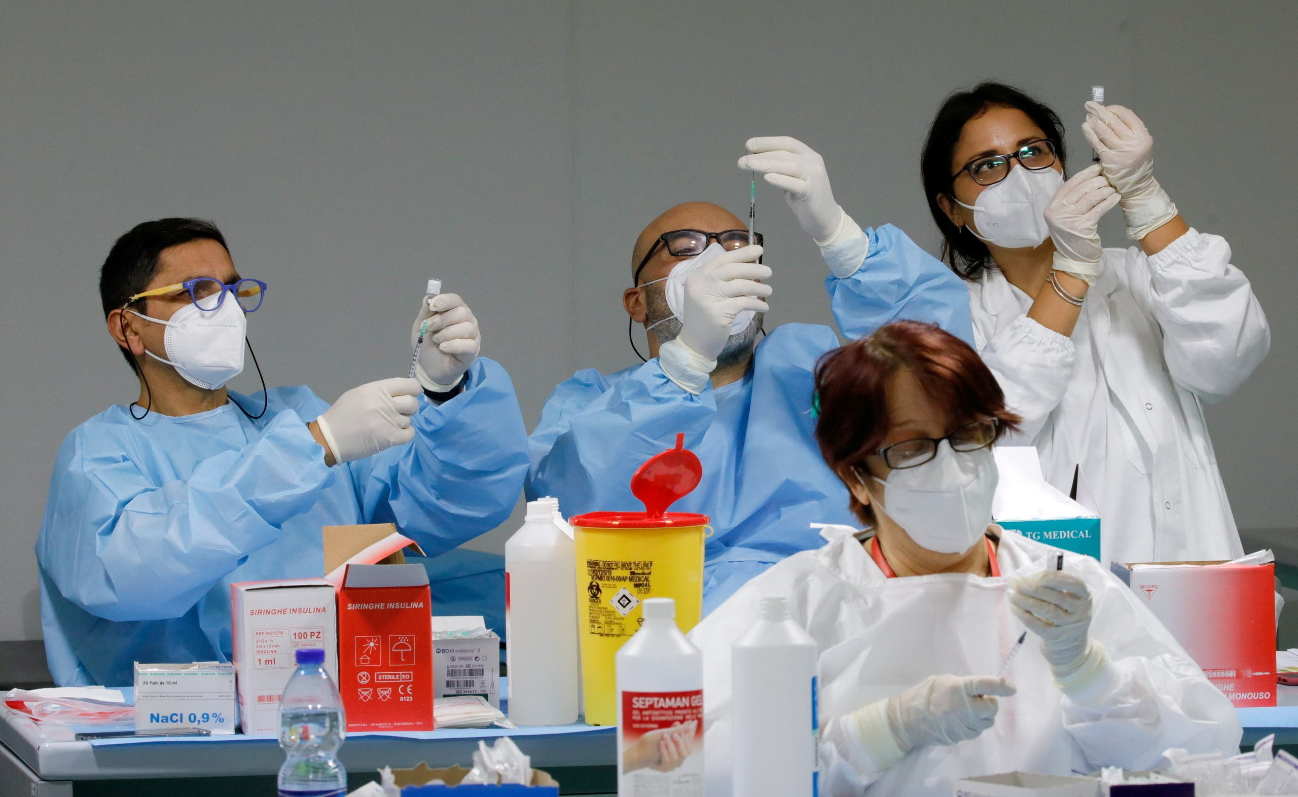 Health workers prepare doses of the Pfizer-BioNTech COVID-19 vaccine at an inoculation centre in Naples, Italy, January 8, 2021. (File Photo: Reuters)