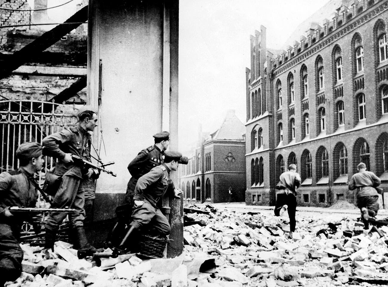 جانب من القوات السوفيتية ببرلين
