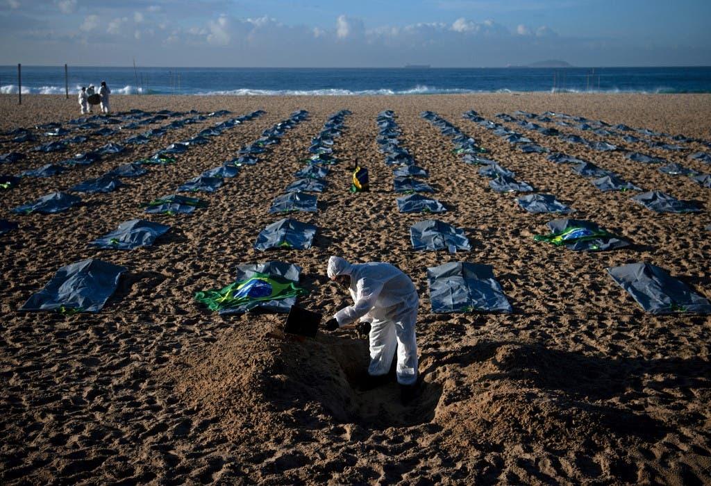 أكياس للجثث على شاطئ كوباكابانا في دي ريو جانيرو، خلال احتجاج على تعامل الحكومة البرازيلية مع جائحة فيروس كورونا
