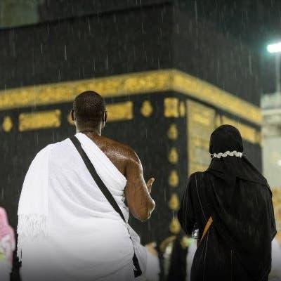 مشاهد تأسر القلوب..  دعوات المعتمرين تحت زخات المطر
