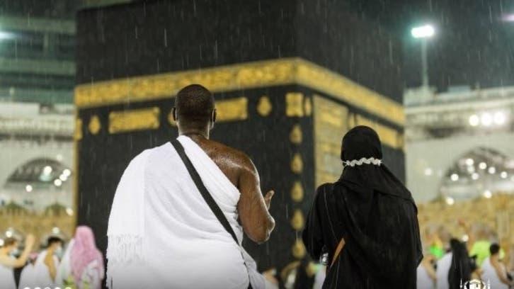 باران رحمت میں معتمرین کی بیت اللہ میں عبادت کے دل کو چھو لینے والے مناظر