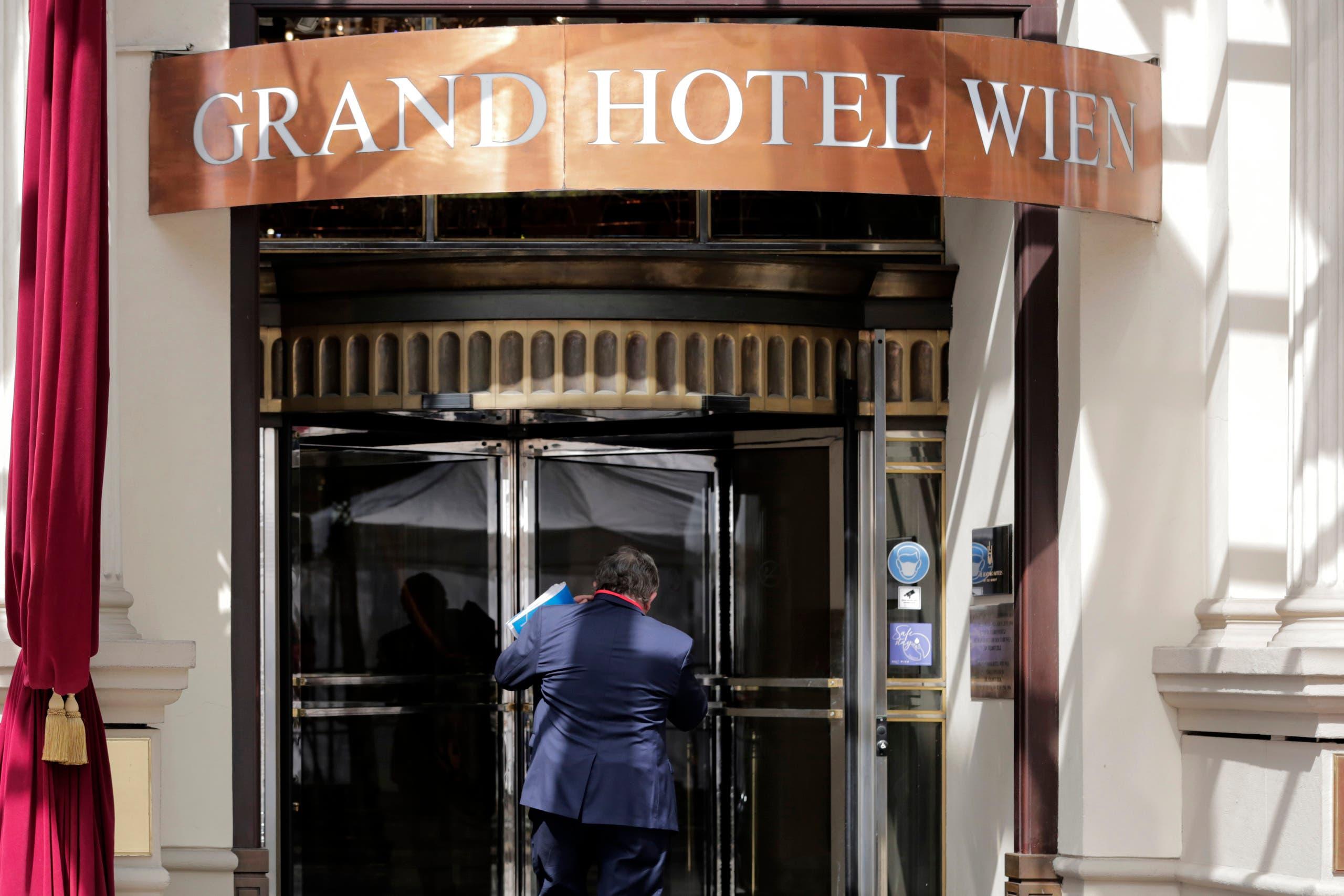 من أمام الفندق حيث تجري مفاوضات فيينا حول نووي إيران(أرشيفية- أسوشييتد برس)
