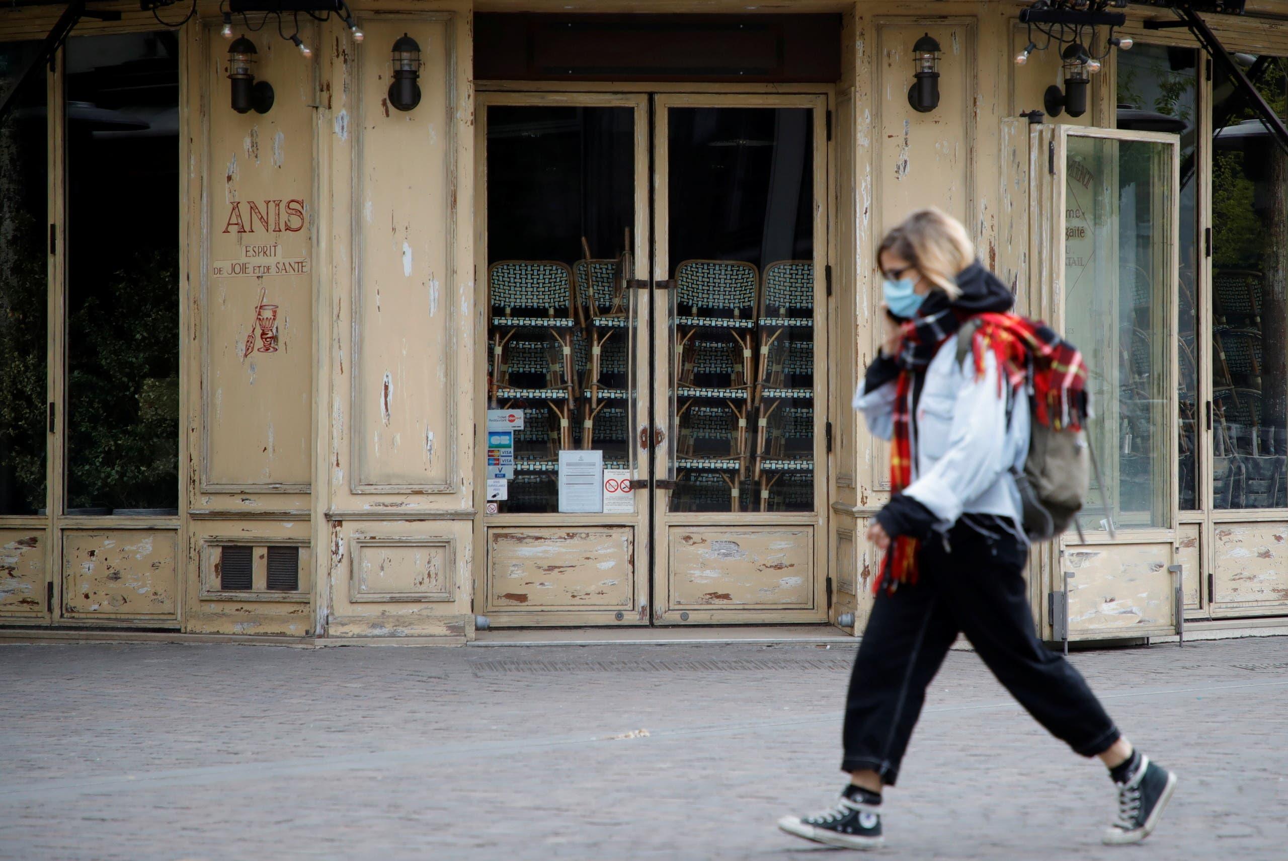 امرأة تضع كمامة للوقاية من كورونا في باريس الخميس
