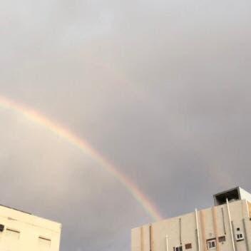 """شاهد.. """"قوس قزح """" يرسم لوحة جمالية في سماء مكة المكرمة"""