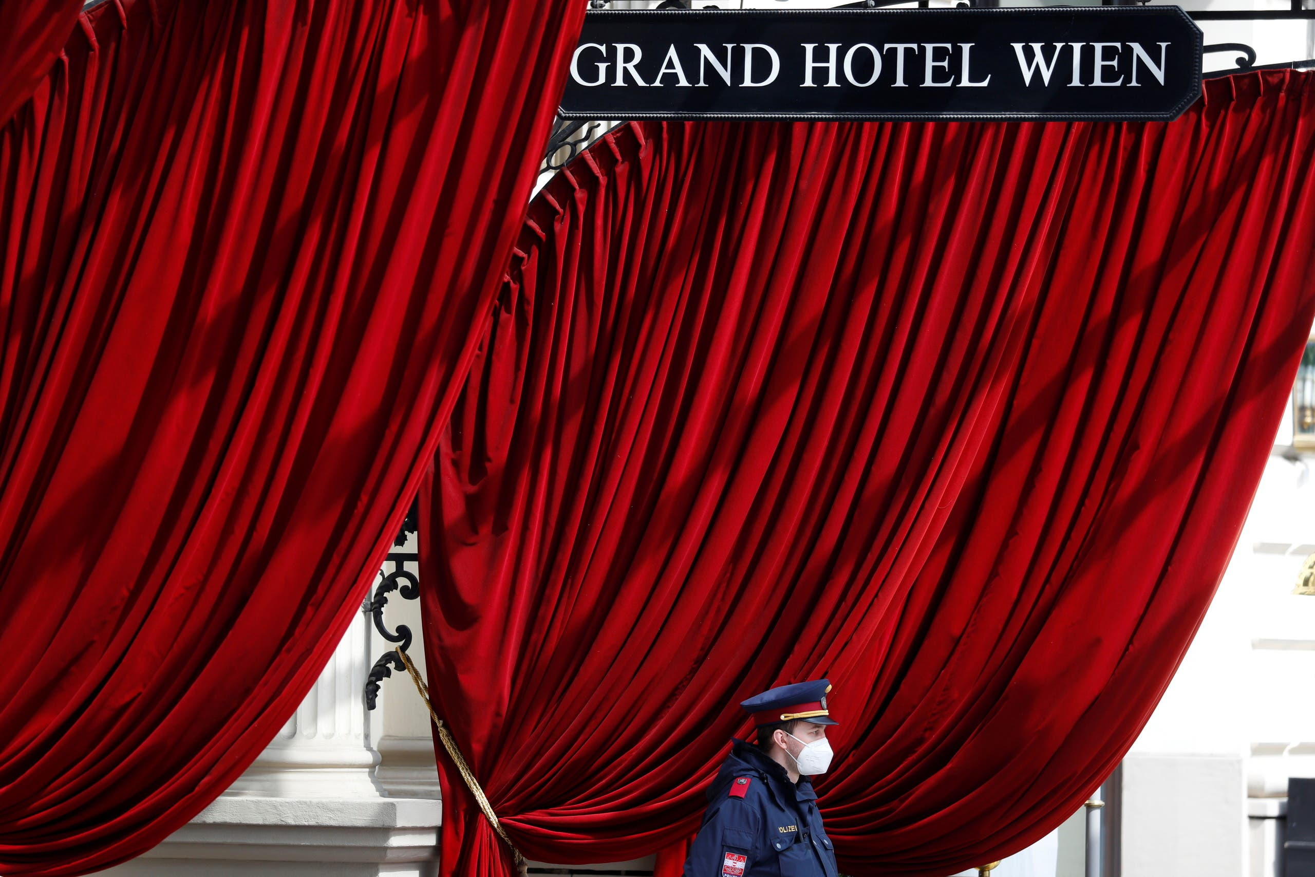 من أمام الفندق الذي عُقد فيه اجتماع اللجنة المشتركة لخطة العمل الشاملة المشتركة في فيينا يوم 27 أبريل (رويترز)