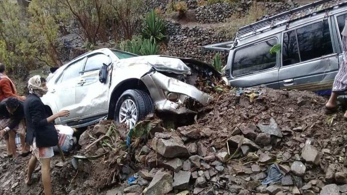 صور لا تصدق من اليمن.. سيول تقلب وتجرف السيارات