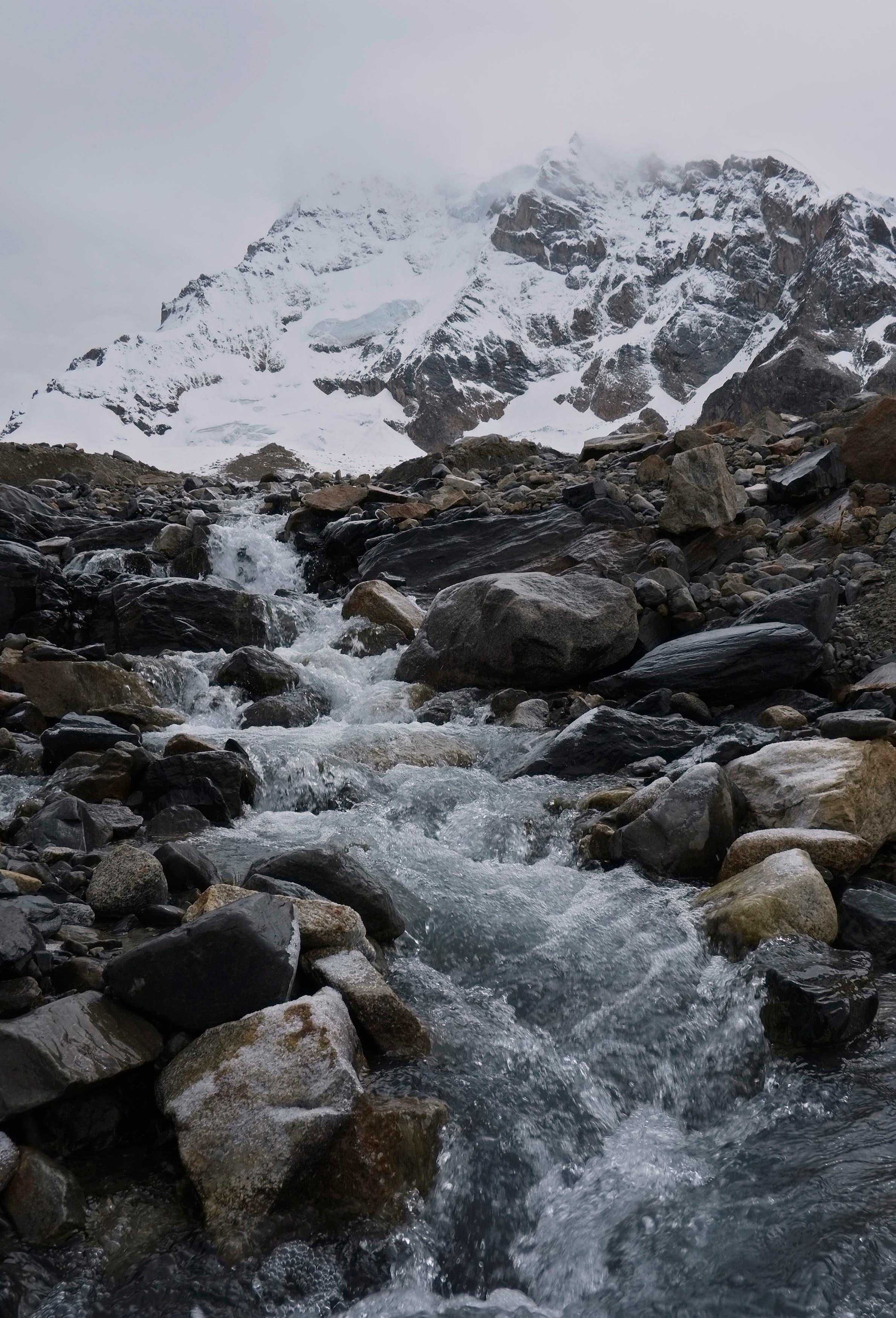 نهر جليدي في سلسلة جبال الأندز