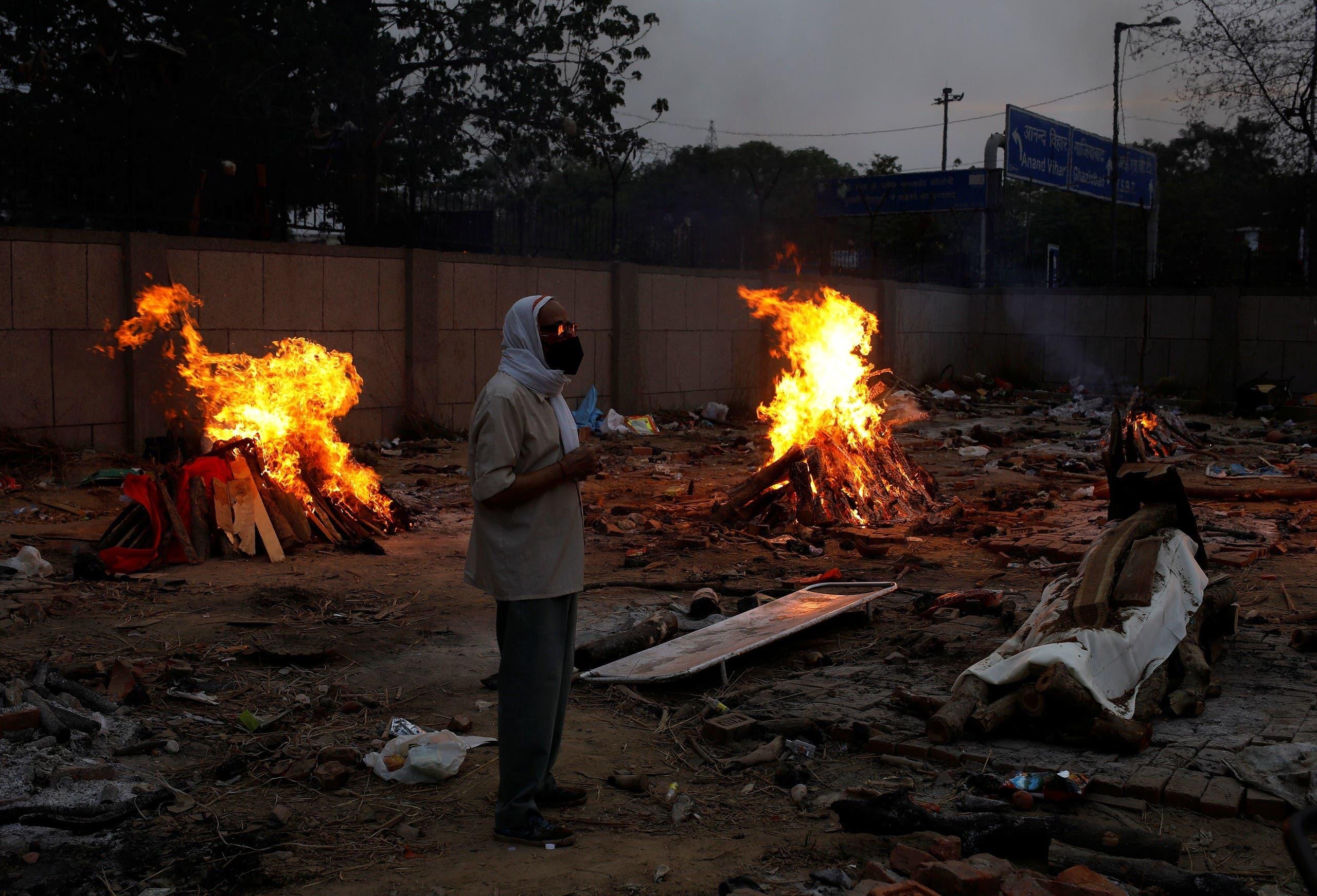حرق جثث المصابين بكورونا في نيودلهي