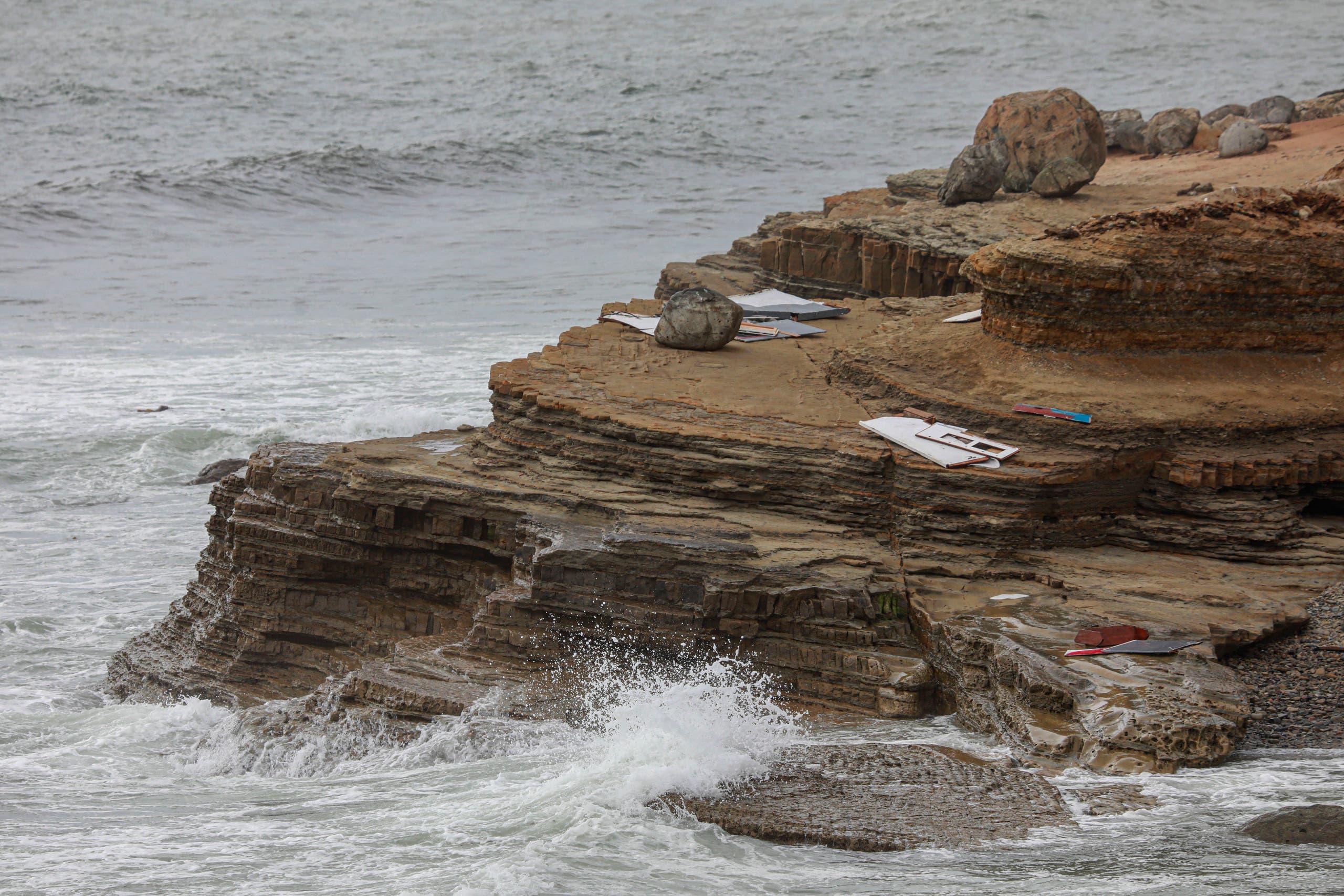 حطام القارب يظهر على الشاطئ الذي تحطم فيه