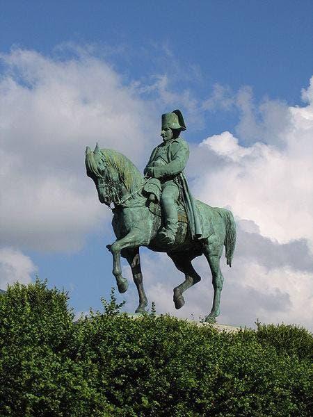 تمثال لنابليون بونابرت بمكان لقائه بقوات الفيلق الخامس