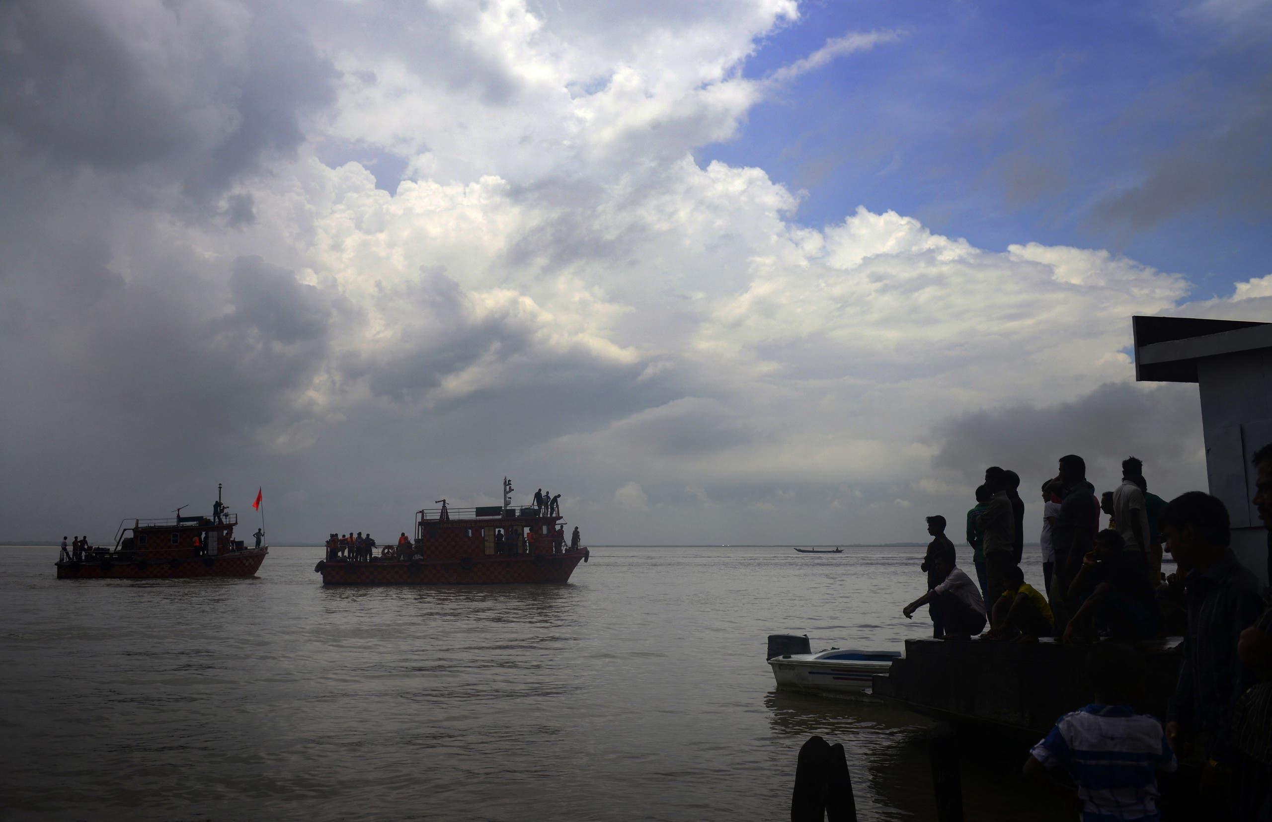 البحث عن ناجين في غرق قارب سابق في نهر بادما في 2014 (أرشيفية)