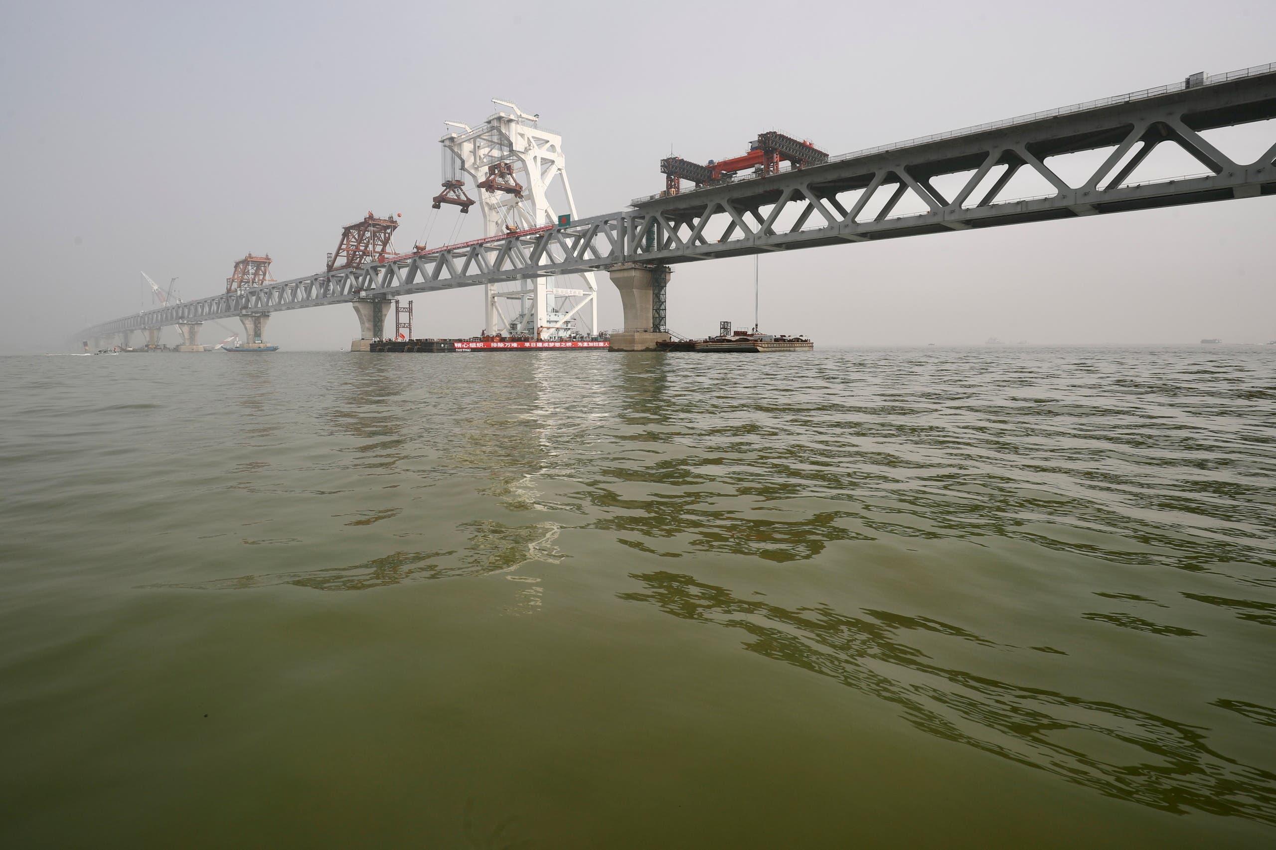 بناء جسر يربط ضفتي نهر بادما في ديسمبر الماضي