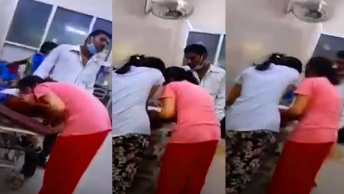 شاهد هندية تنفخ الأكسجين في فم أمها المصابة بكورونا