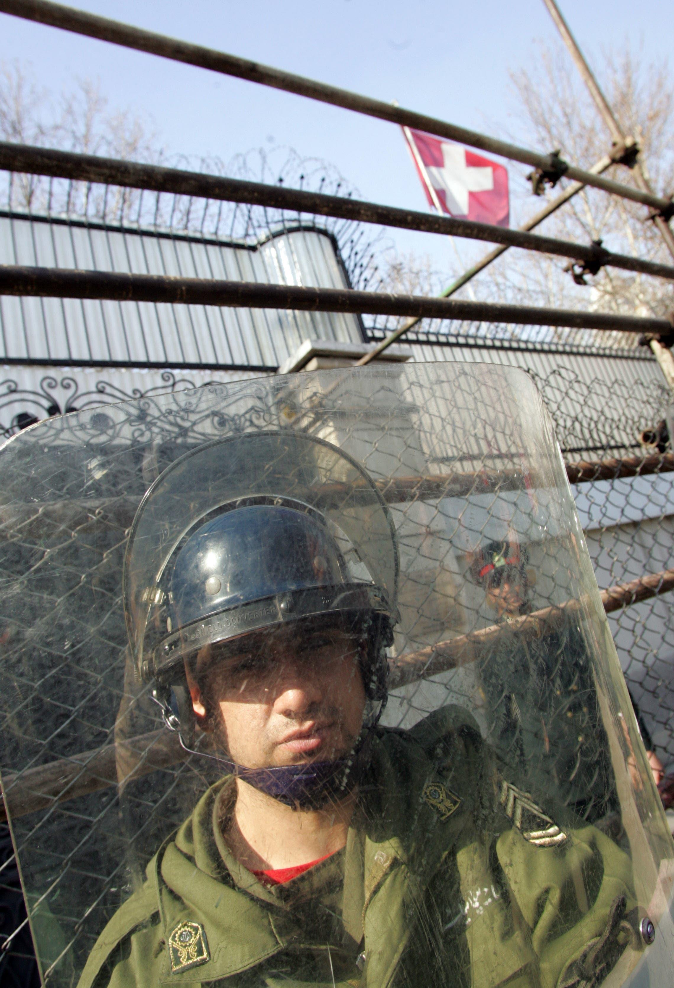 رجل أمن أمام السفارة السويسرية في طهران (أرشيفية- فرانس برس)