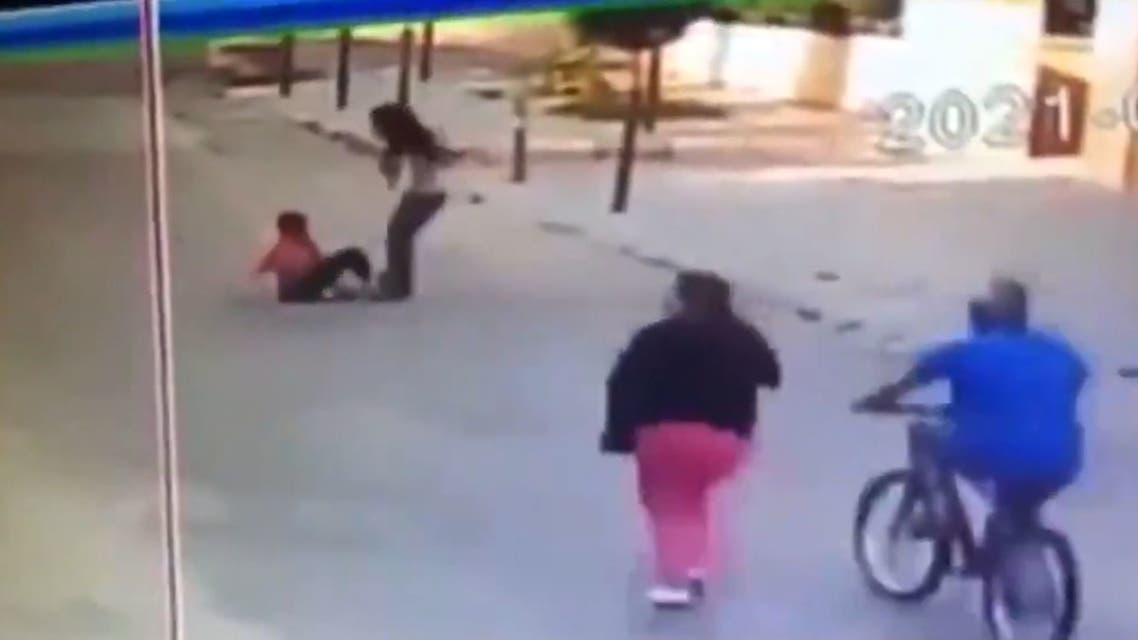 فيديو مشين لسيدة لبنانية عنصرية تعتدي علي طفل سوري