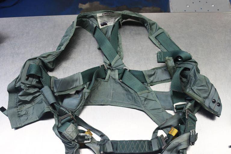 أحزمة PCU-56. يتميز PCU-78 بنفس الحزام المدمج مع سترة النجاة