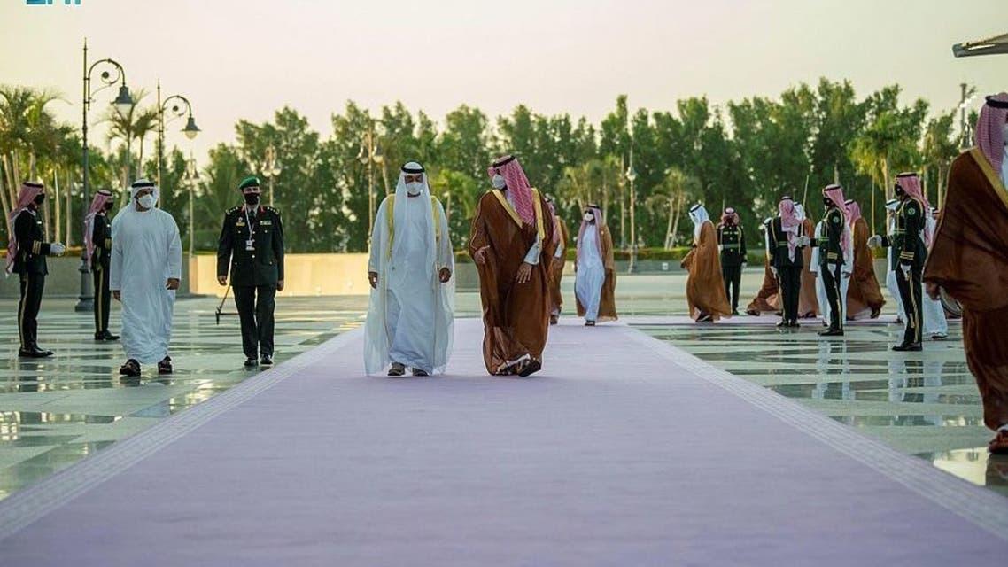 السجاد ذو اللون البنفسجي في استقبال ولي عهد ابو ظبي