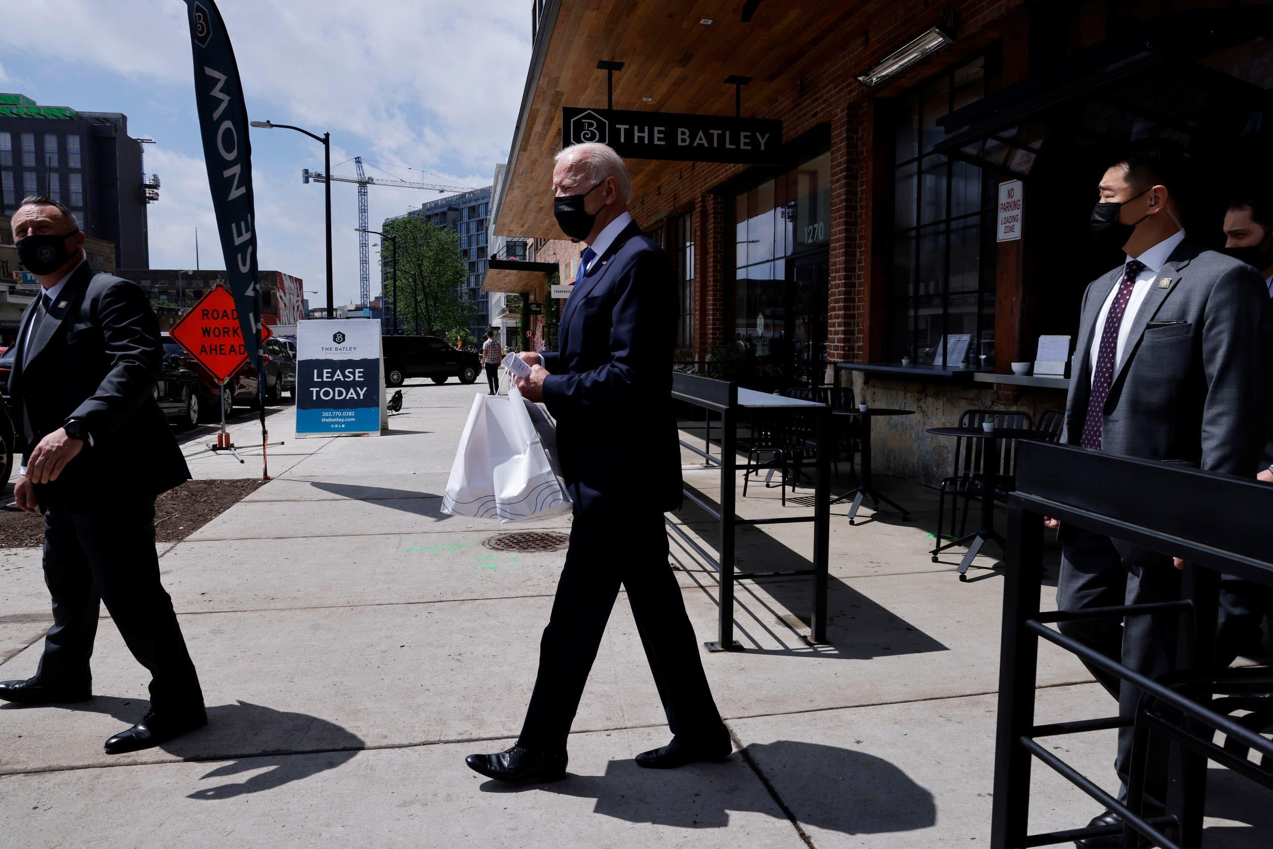 بايدن يخرج من المطعم المكسيكي في واشنطن