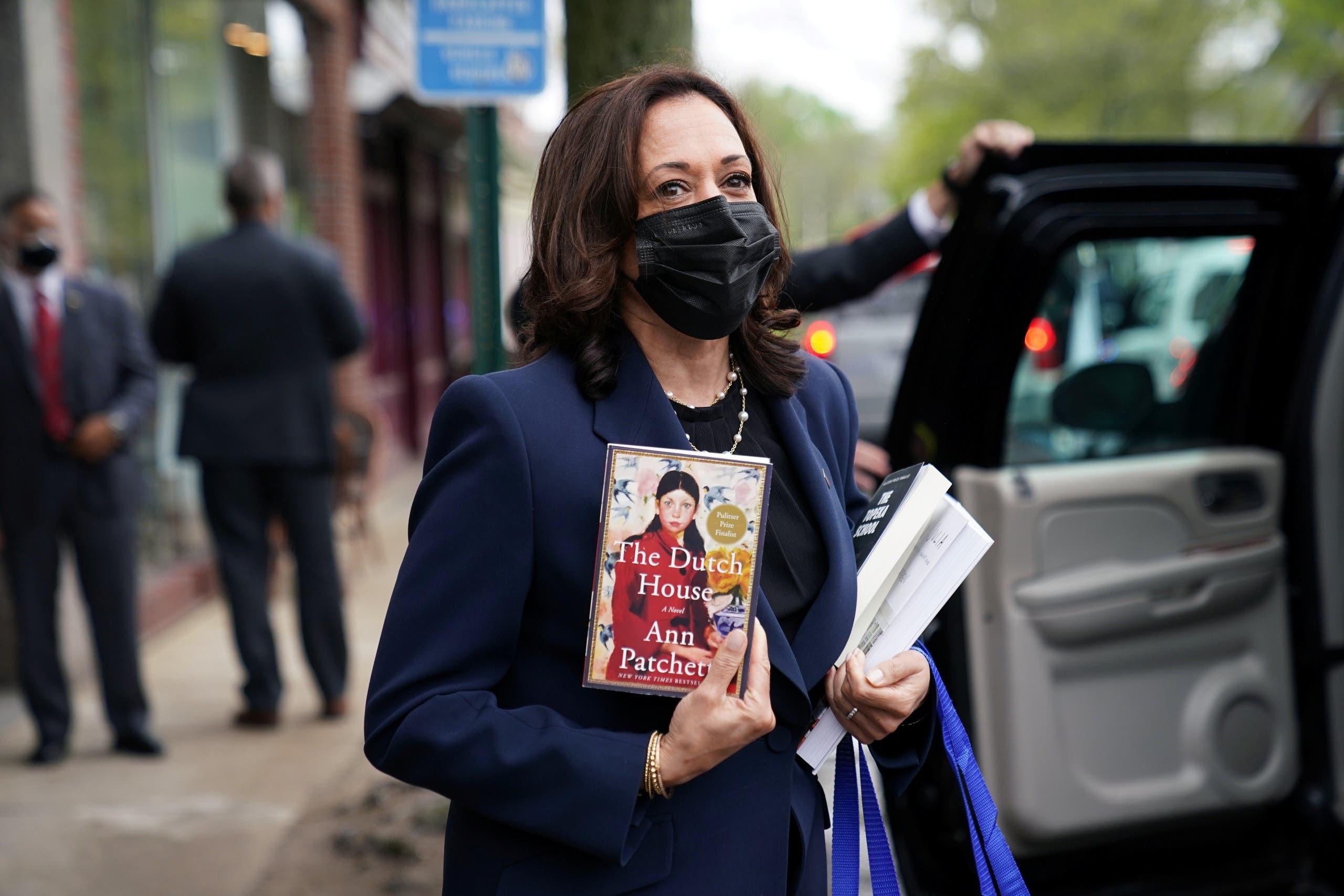 كامالا هاريس تخرج من المكتبة