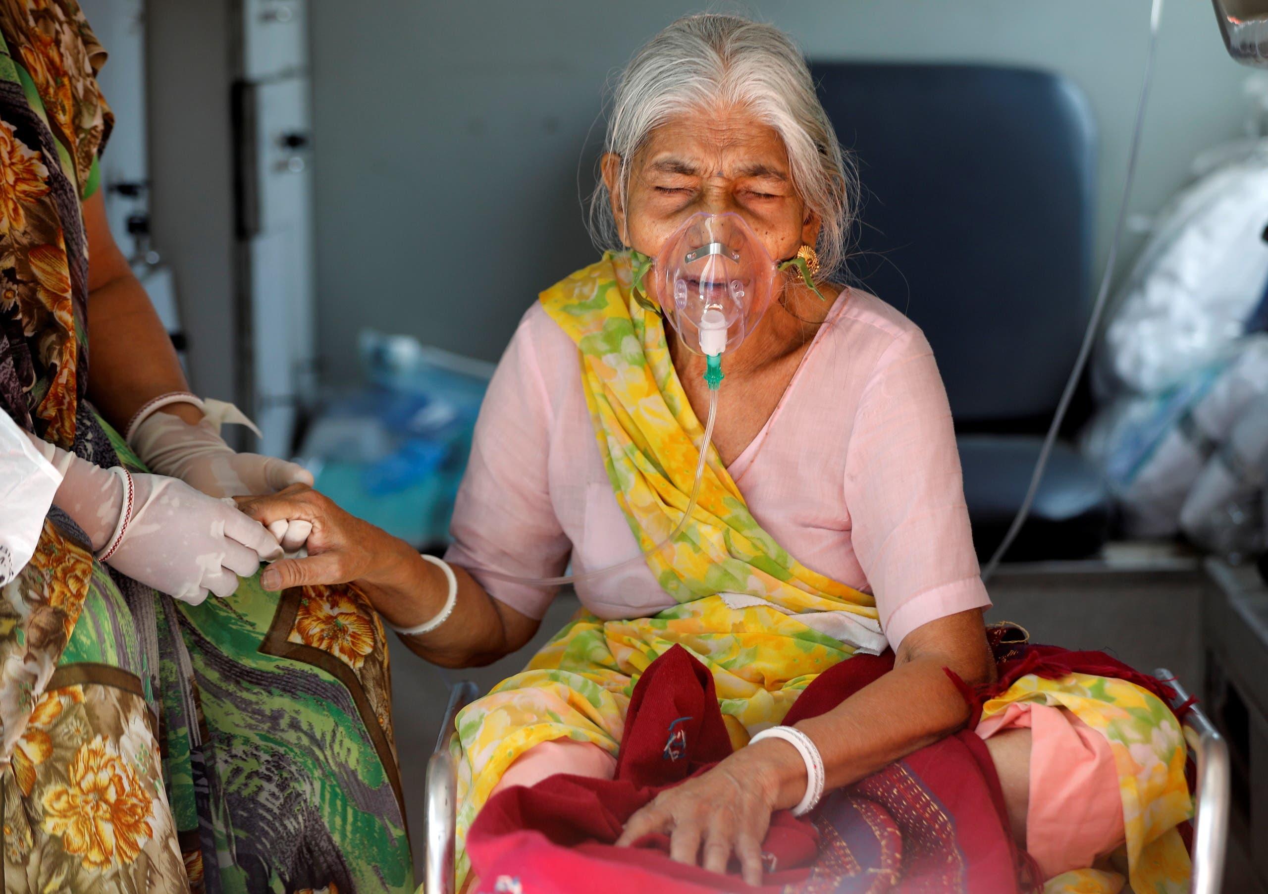 سيدة مصابة بكورونا تتلقى الأكسجين في أحمد آباد في الهند
