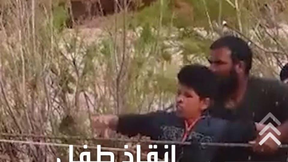 مشهد يحبس الأنفاس، لانقاذ طفل جزائري كادت أن تجرفه السيول