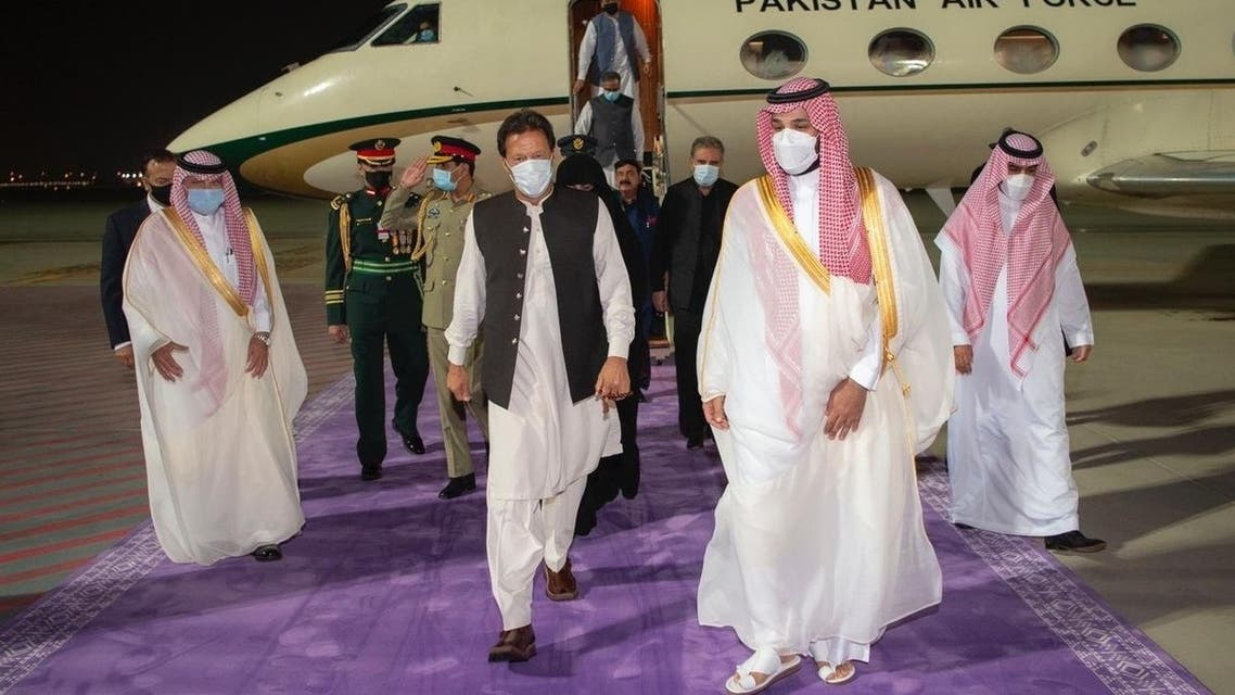 Pakistani PM Imran Khan (L) is welcomed to Saudi Arabia by Crown Prince Mohammed bin Salman at King Abdulaziz International Airport, May 7, 2021. (SPA)
