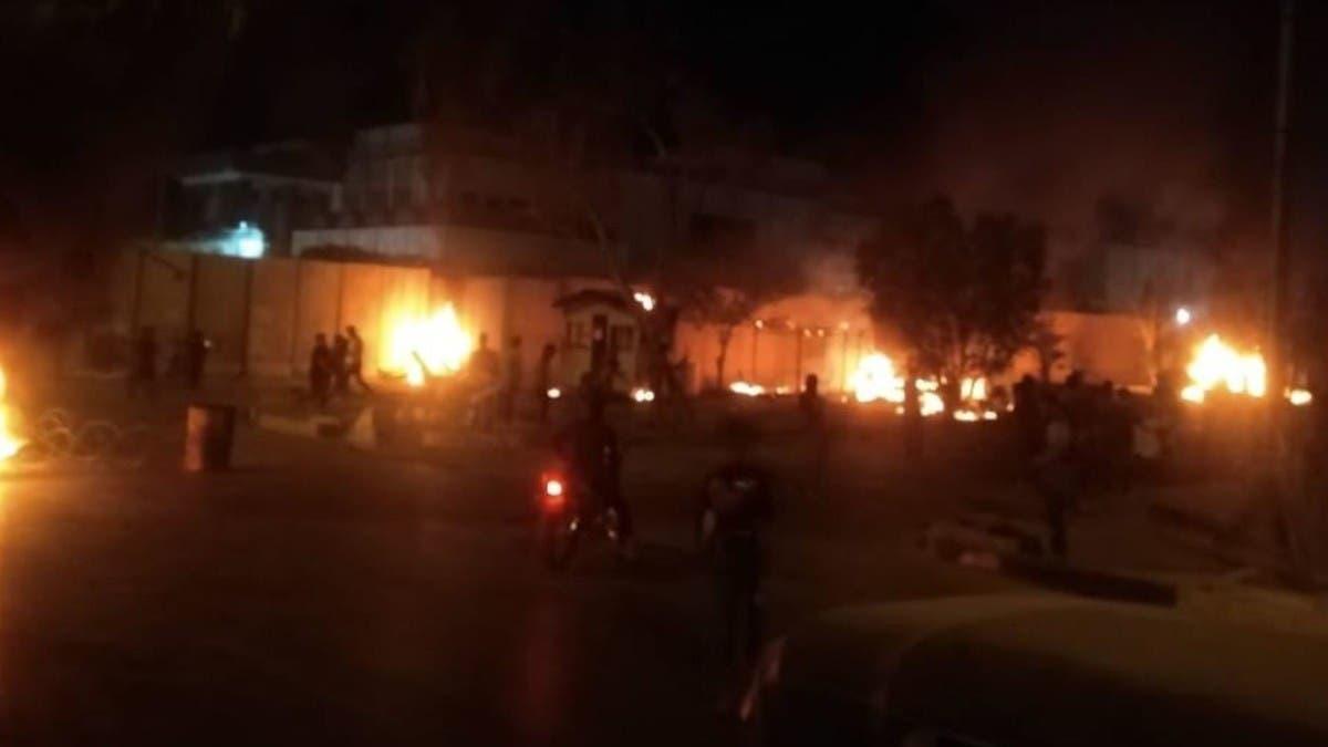 كربلاء غاضبة.. متظاهرون يضرمون النار بقنصلية إيران