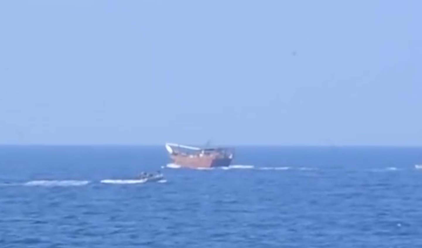 قارب أسلحة مهربة في بحر العرب