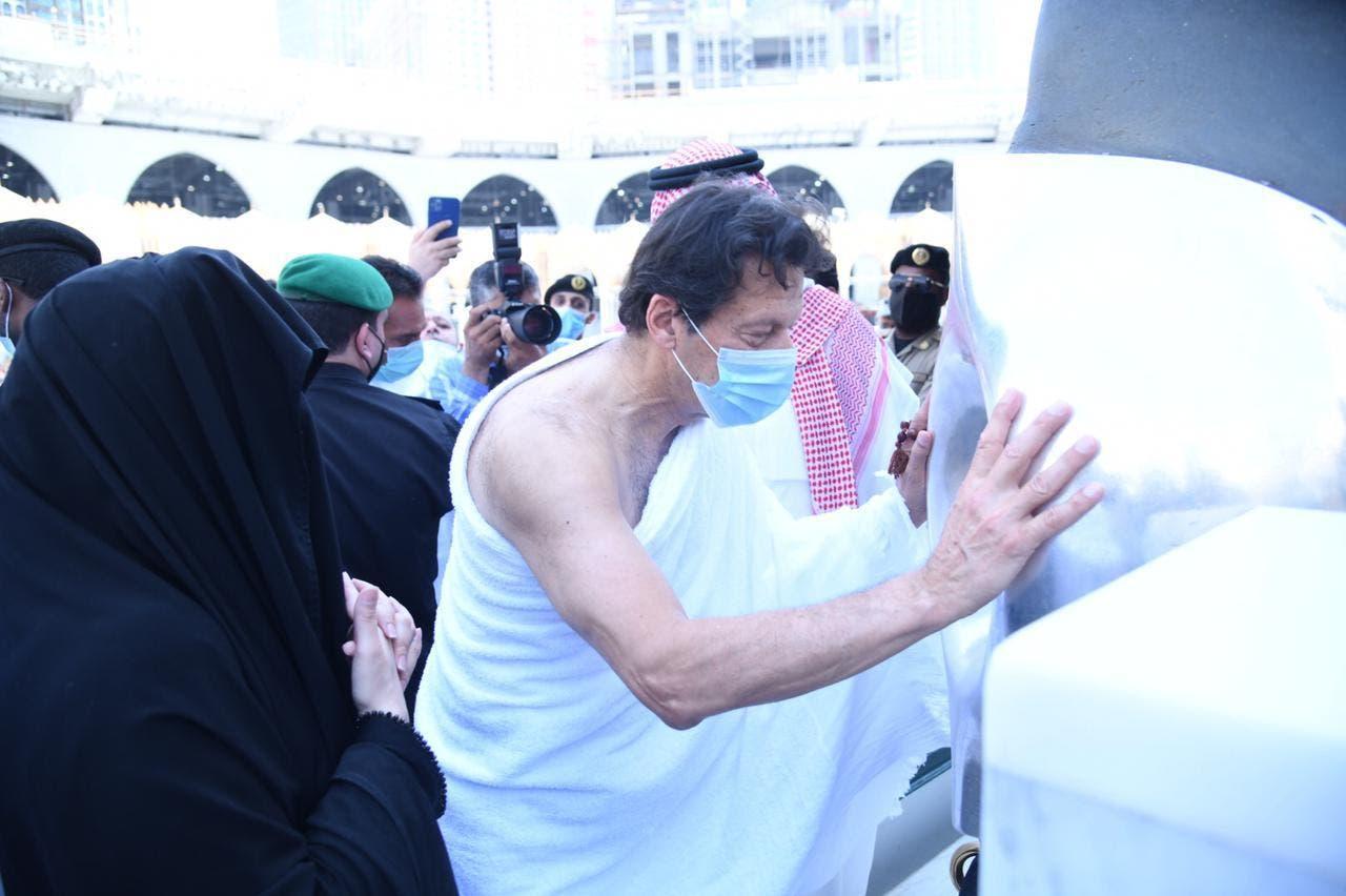عمران خان حجر اسود کو بوسہ دے رہے ہیں