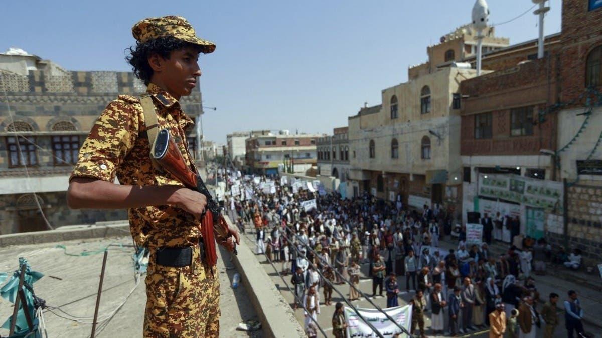 رداً على شحنة الأسلحة.. سيناتور لبايدن: عاقب الحوثيين