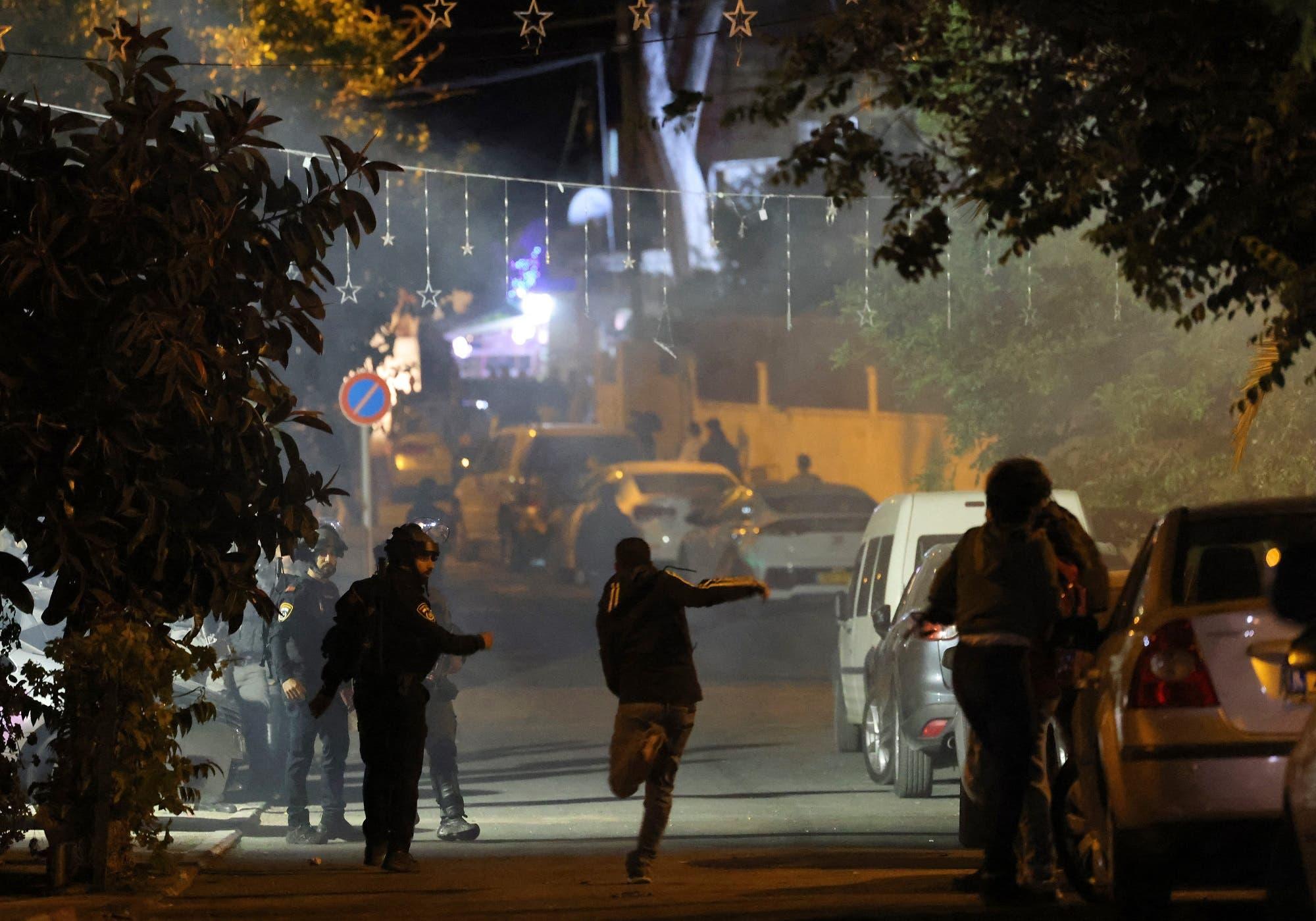 متظاهرون فلسطينيون يشتبكون مع الشرطة الإسرائيلية في الشيخ جراح بالقدس الشرقية (فرانس برس)