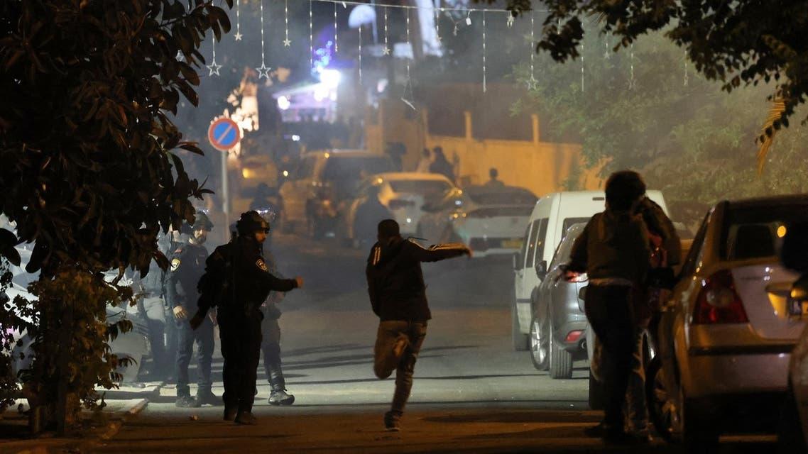 متظاهرون فلسطينيون يشتبكون مع الشرطة الإسرائيلية في الشيخ جراح بالقدس الشرقية يوم 7 مايو (فرانس برس)