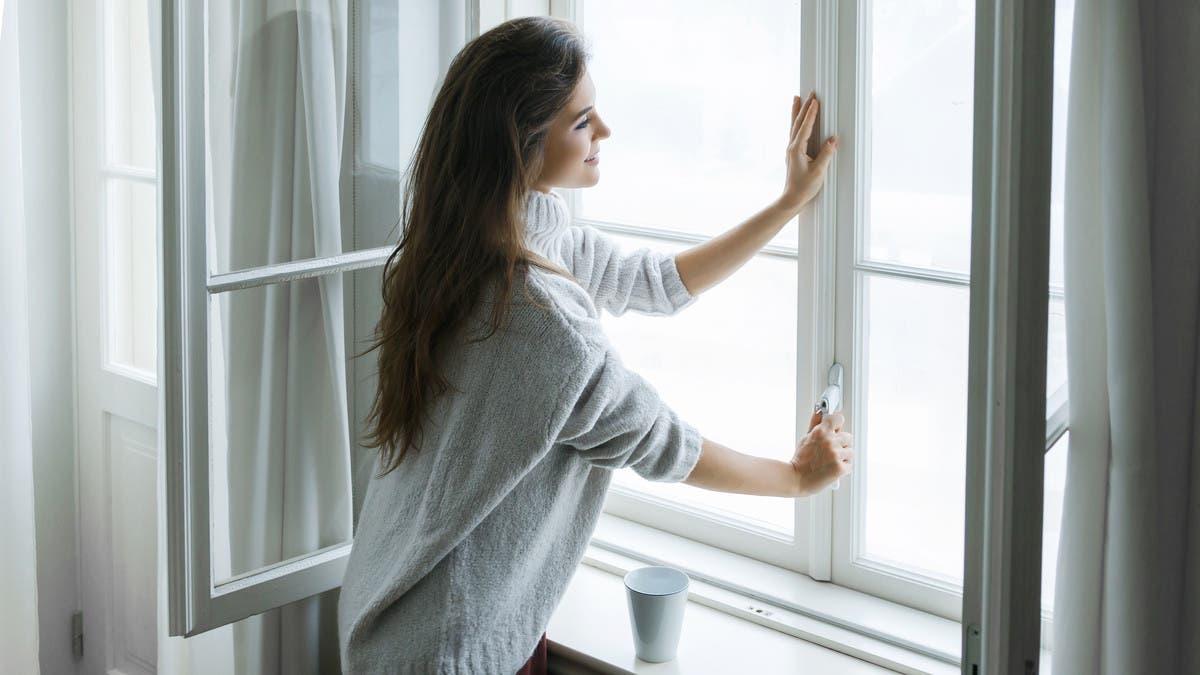 """شاهد خطوات بسيطة تقيك من كورونا.. وأهمها """"فتح النوافذ""""!"""