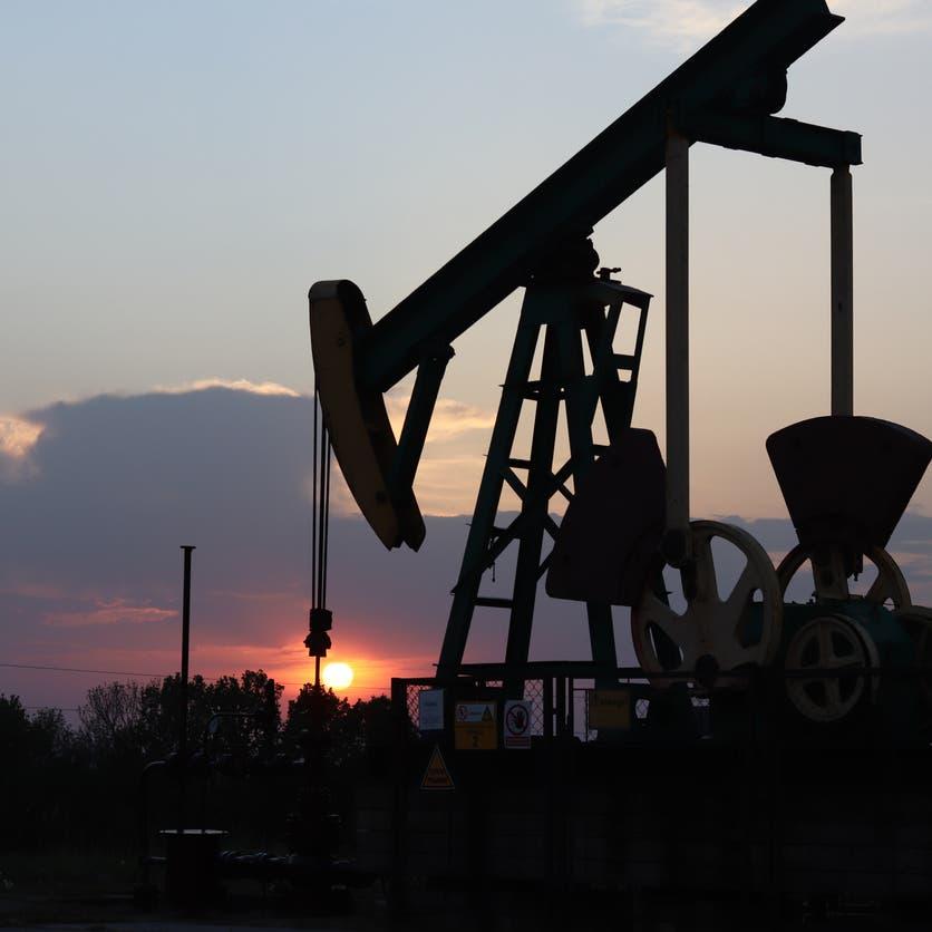 مكاسب سوق النفط الحاضرة تشي بمزيد من الدعم لزيادة العقود الآجلة