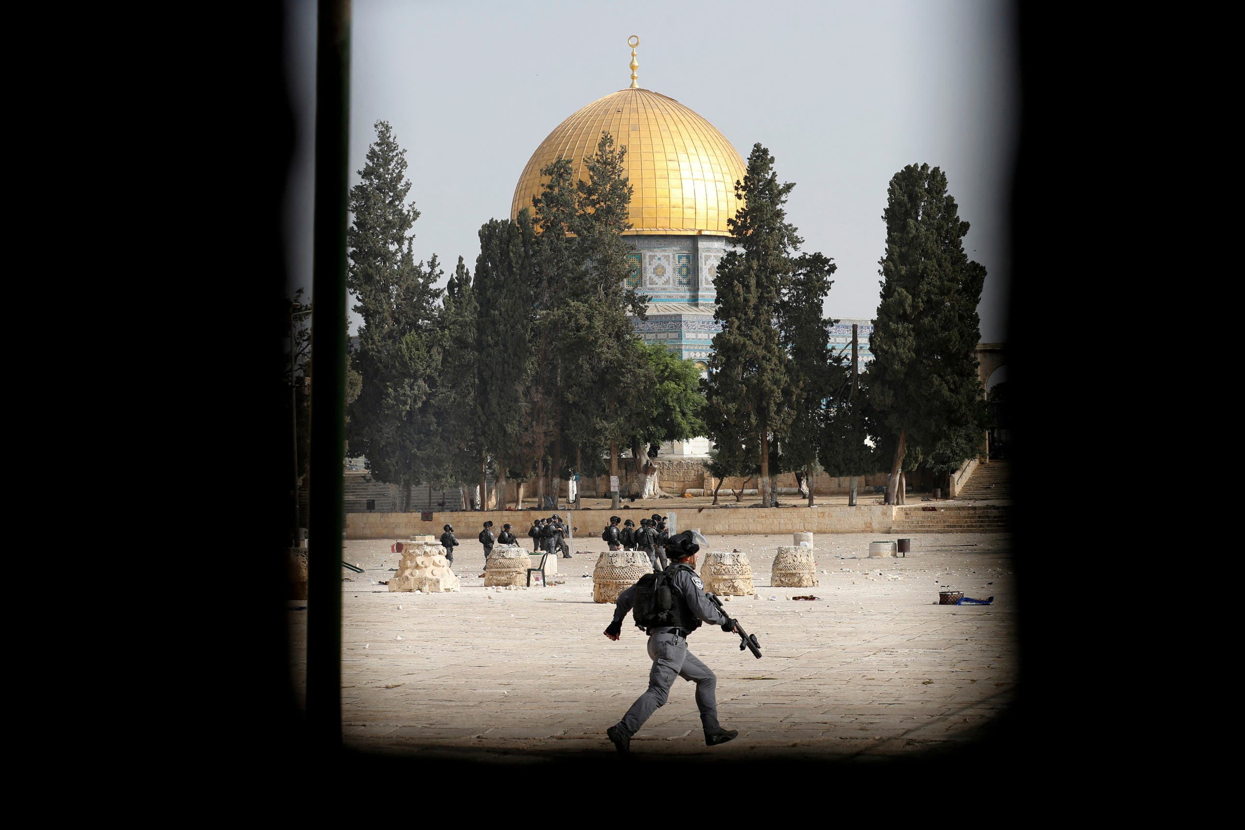 Israeli security forces deploy amid clashes with Palestinians at Jerusalem's Al-Aqsa mosque compound on May 10, 2021, ahead of a planned march to commemorate Israel's takeover of Jerusalem in the 1967 Six-Day War. (AFP)