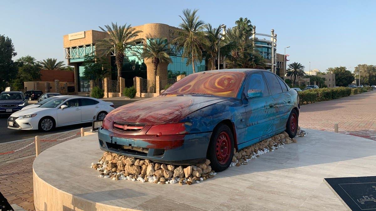 """مجسمات السيارات التالفة تثير ضجة في جدة.. """"شغل تشليح"""""""