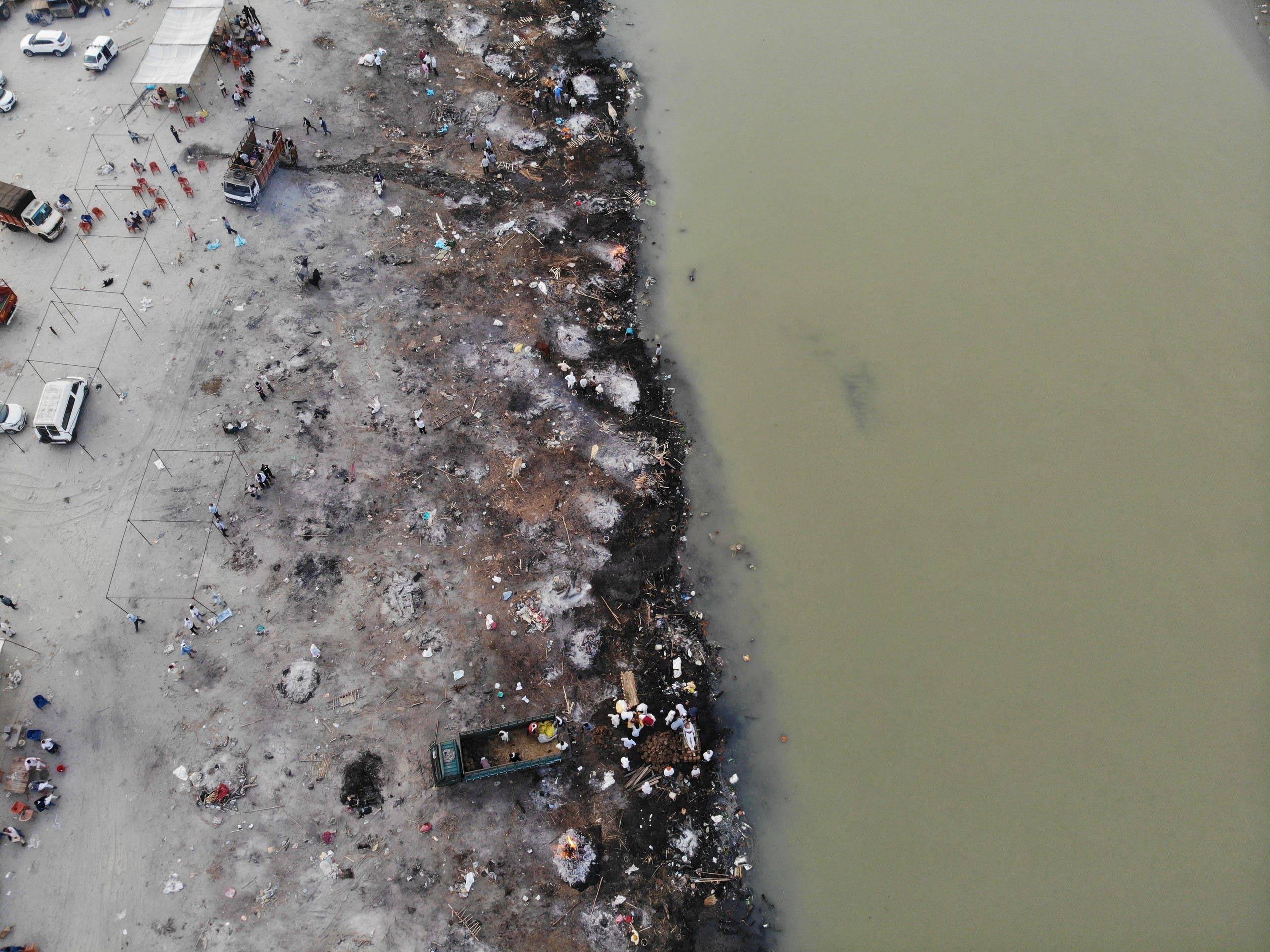 جثث كورونا في نهر الهند