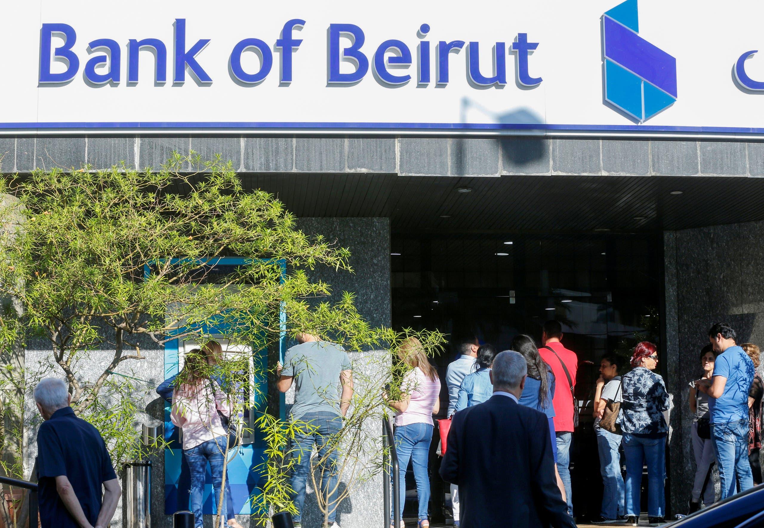 اكتظاظ في فرع لأحد البنوك في لبنان