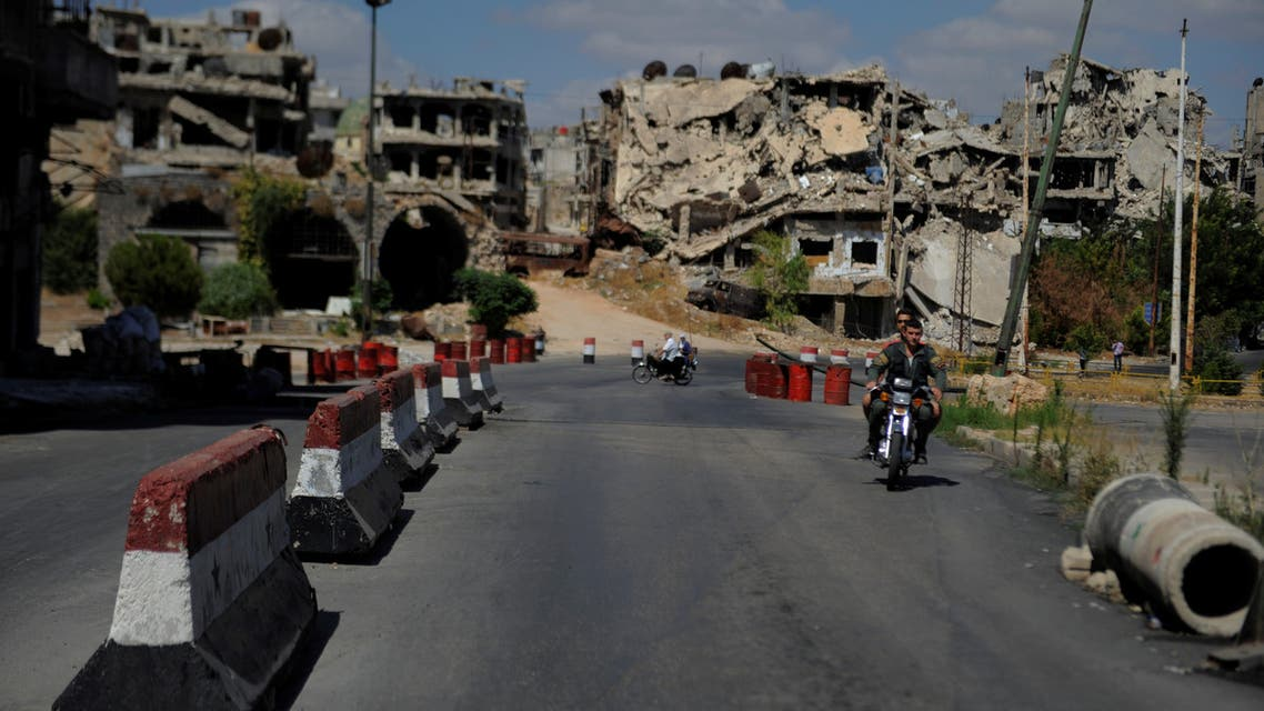 حاجز أمني للنظام في حمص (رويترز)
