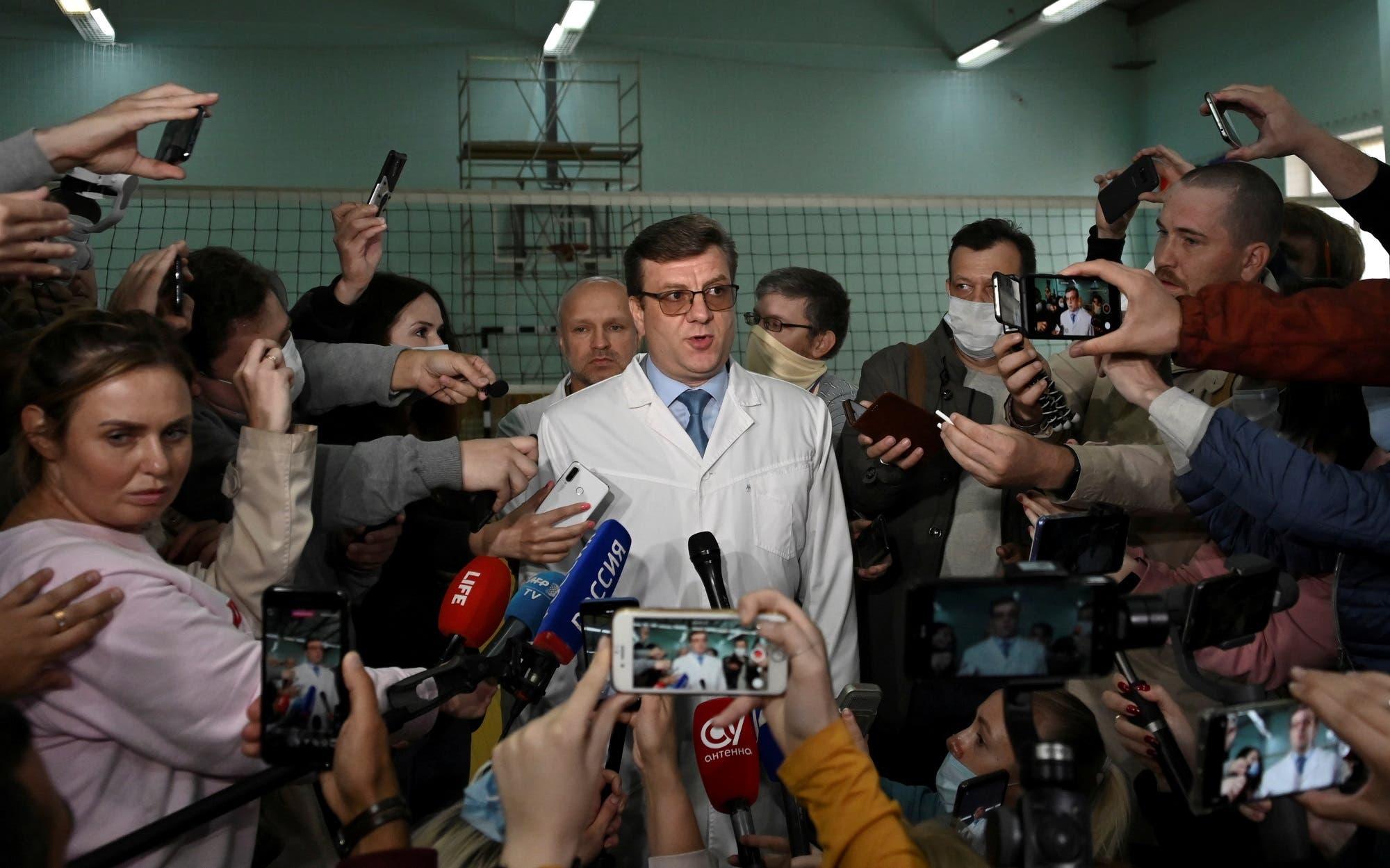 الطبيب ألكسندر موراخوفسكي يتحدث لوسائل الإعلام في أومسك يوم 21 أغسطس 2020 (رويترز)