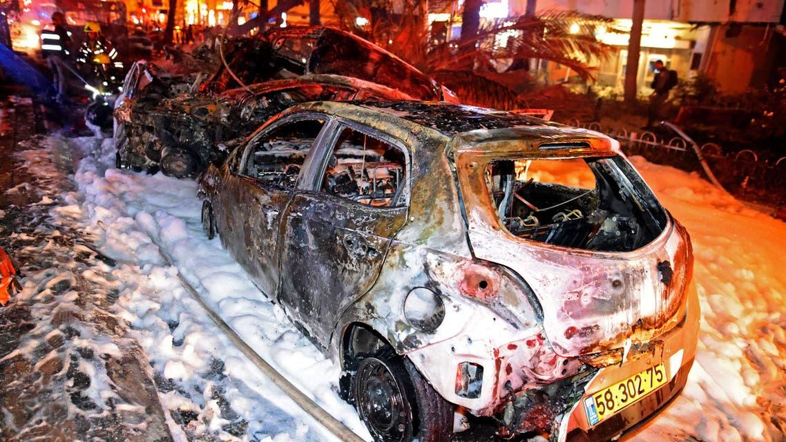 سيارات محترقة قرب تل أبيب من صواريخ حماس