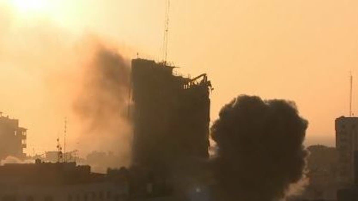 شاهد.. لحظة انهيار برج الشروق في غزة بعد قصفه من قبل إسرائيل