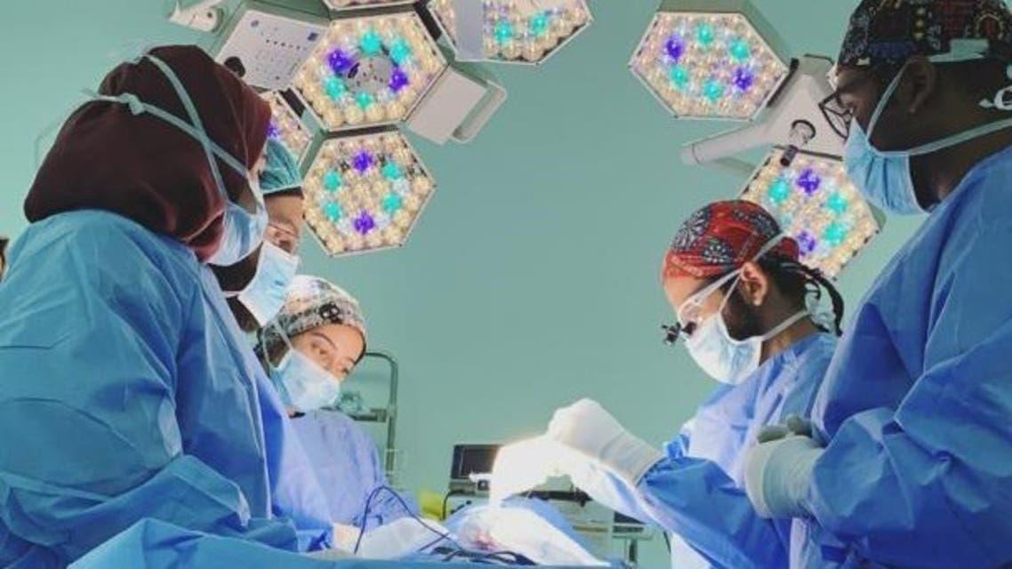 الطبيبة السعودية مع زوجها في غرفة العمليات