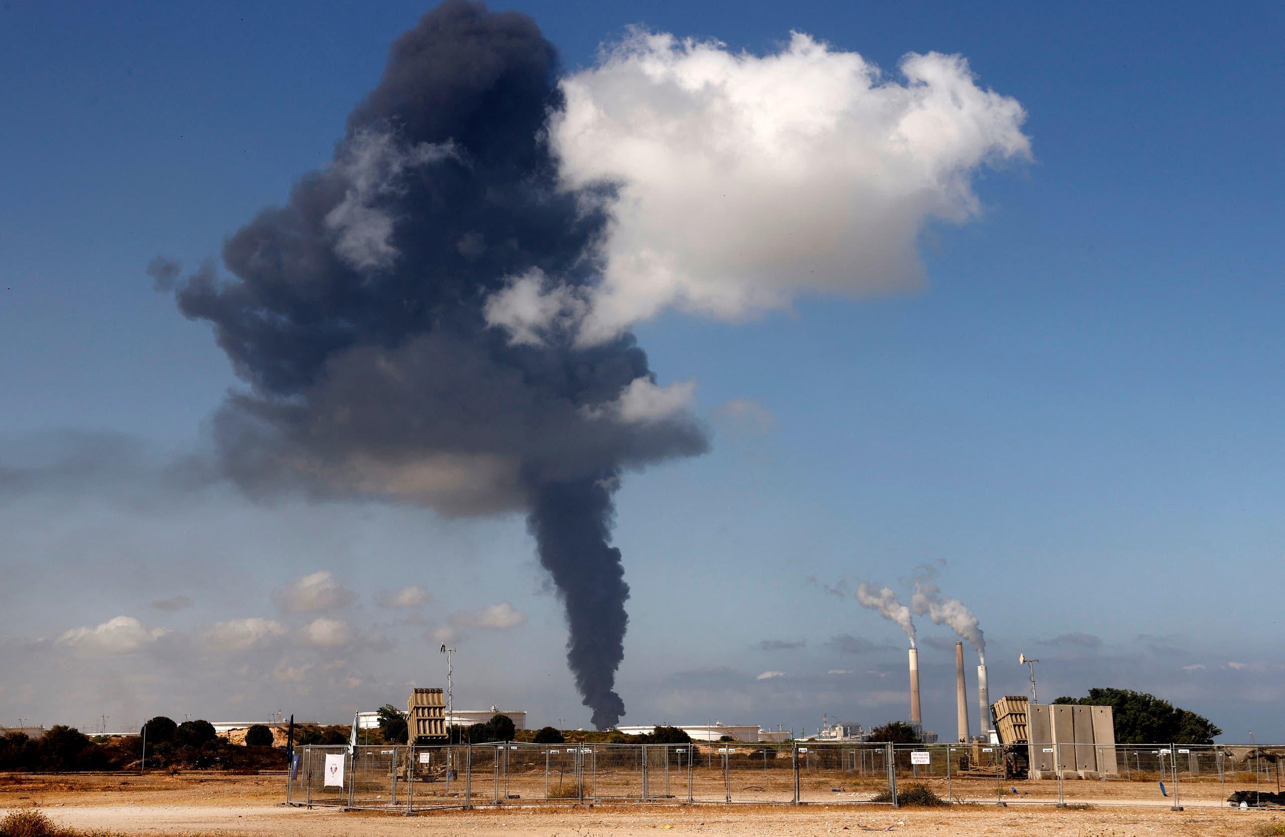 دخان يتصاعد من منشأة نفطية في إسرائيل بعد استهدافها من قبل حماس
