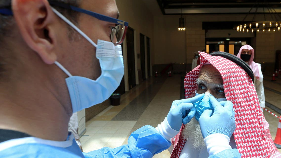 إجراءات الوقاية من كورونا في أحد مساجد الرياض (رويترز)