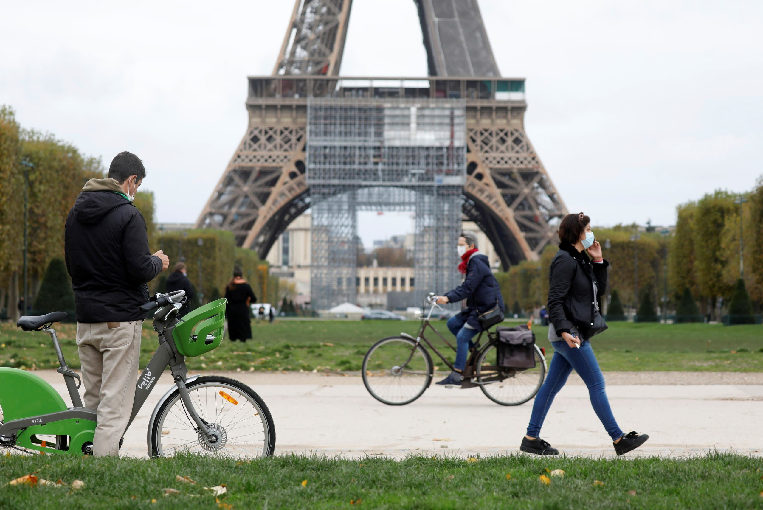 People pass by the Eiffel Tower before the national lockdown introduced as part of the new COVID-19 measures to fight a second wave of the coronavirus disease, in Paris, France, October 29, 2020. (File photo: Reuters)